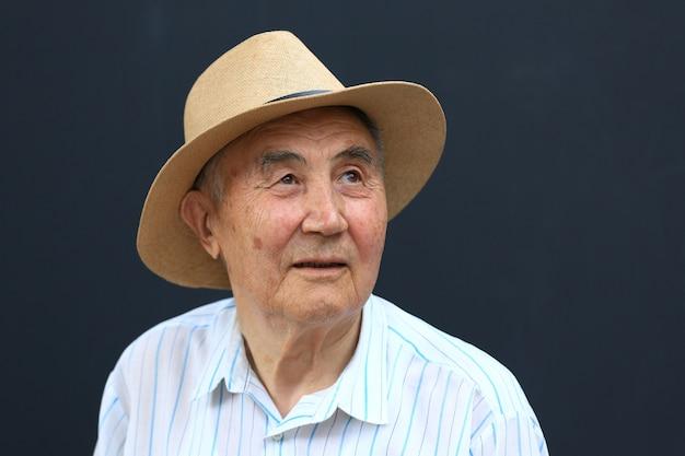 Retrato de un anciano asiático