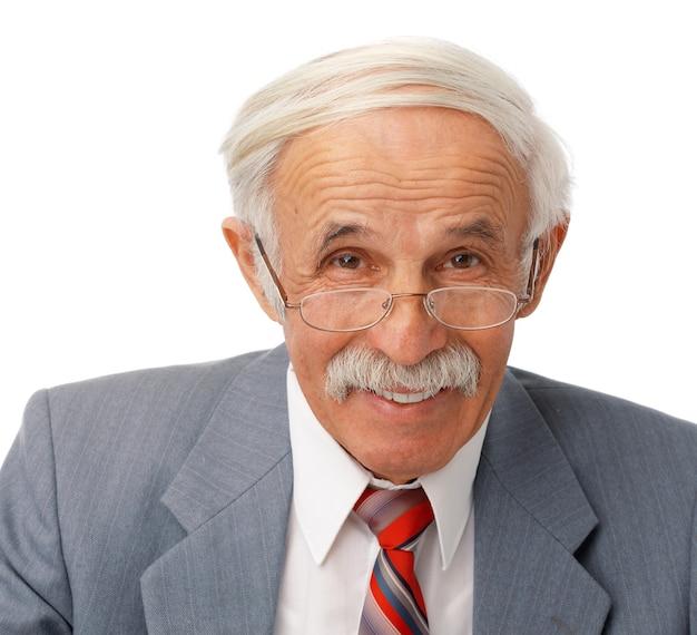 Retrato de un anciano feliz sobre fondo blanco.
