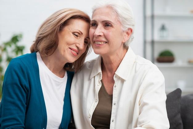 Retrato ancianos amigos juntos
