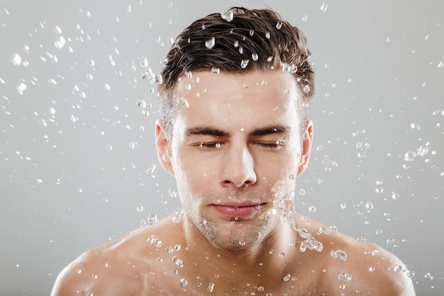 Retrato de un apuesto hombre medio desnudo de cerca