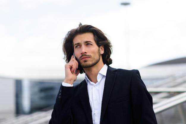 Retrato de un apuesto hombre de negocios en la ciudad