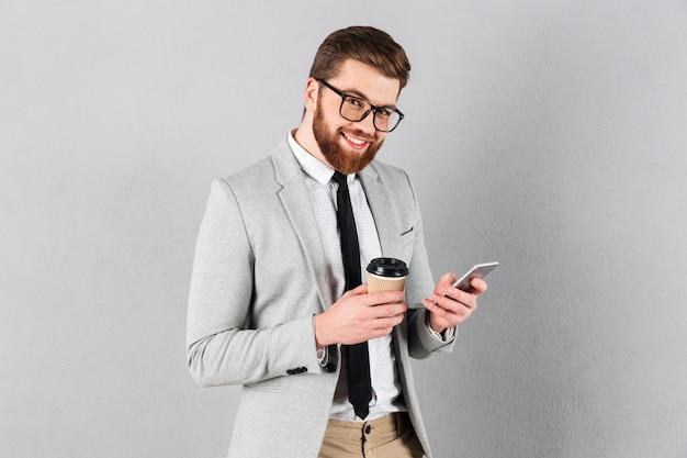 Retrato de un apuesto hombre de negocios