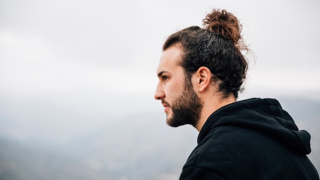 Retrato de un apuesto joven mirando a otro lado