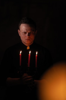 Retrato del apuesto sacerdote o pastor católico.