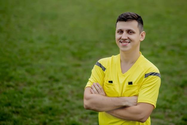 Retrato de árbitro sonriente.