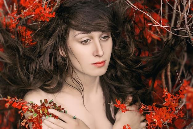 Retrato de arte de mujer desnuda acostada en las ramas