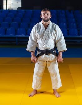 Retrato de artista marcial en kimono blanco con cinturón negro interior