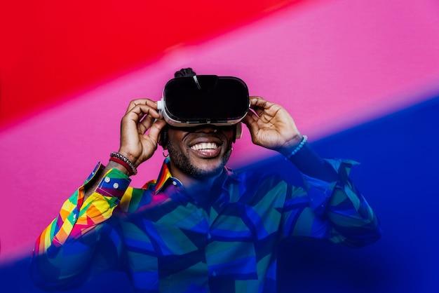 Retrato artístico con luces de gel. hombre guapo posando sobre fondos de colores