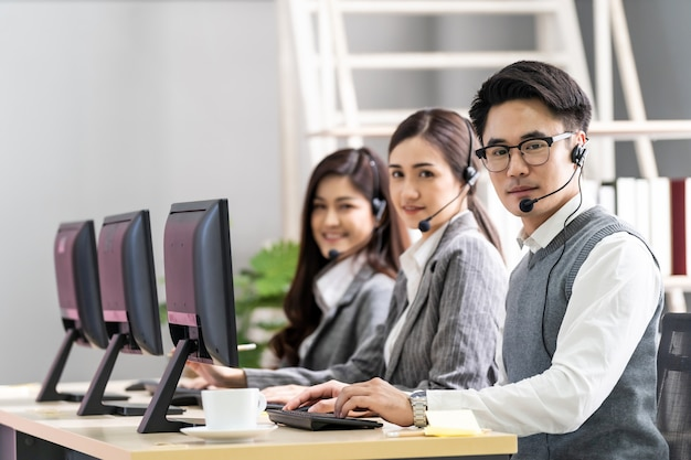 Retrato de asia call center trabajando.