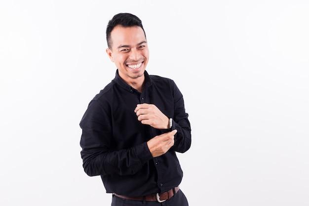 Retrato de asiáticos feliz apuesto joven vestido con camiseta negra