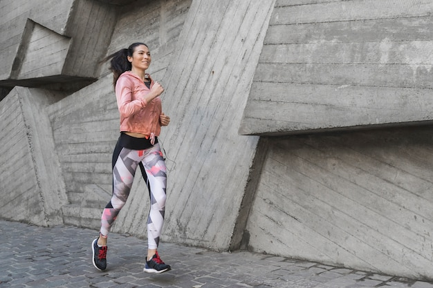 Retrato de atleta corriendo al aire libre