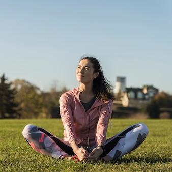 Retrato de atleta en forma en el parque