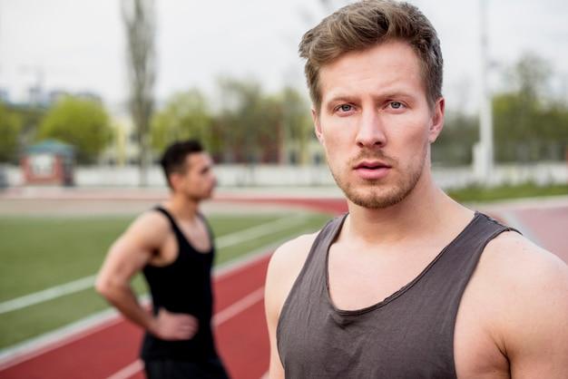 Retrato de un atleta masculino mirando a la cámara
