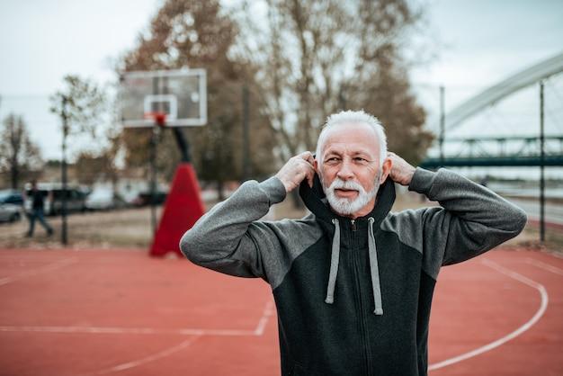 Retrato de un atleta senior al aire libre.