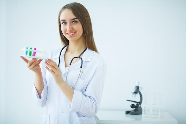 Retrato de una atractiva joven doctora