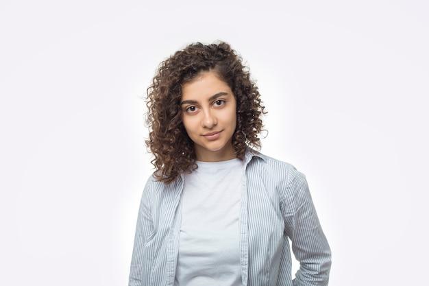 Retrato de una atractiva joven india sobre un fondo blanco.