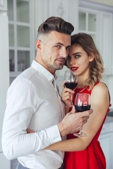 Retrato de una atractiva pareja elegante romántica vestida