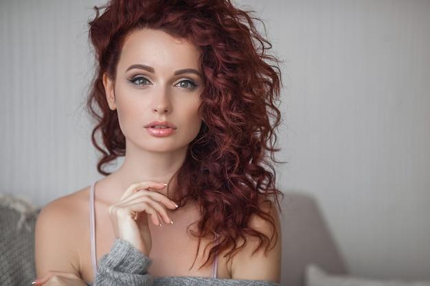 Retrato atractivo del cierre de la mujer joven muy atractiva. hermosa mujer interior.