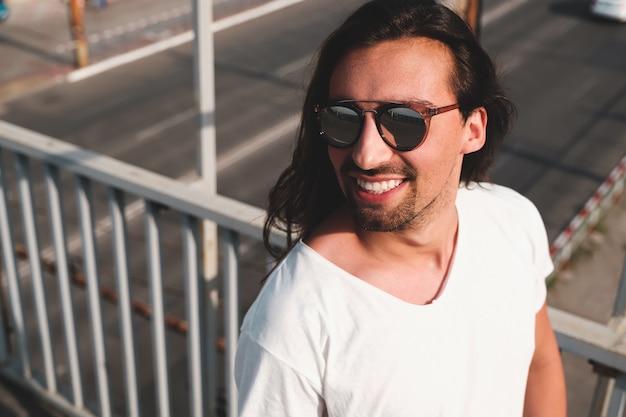 Retrato atractivo del hombre barbudo con gafas de sol de moda