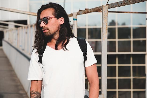 Retrato atractivo del hombre barbudo con gafas de sol