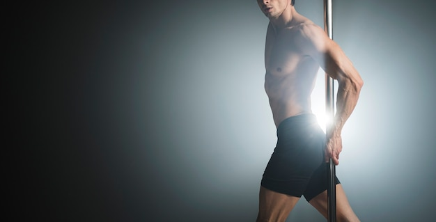 Retrato de atractivo modelo masculino posando