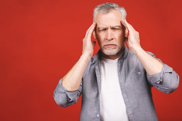 Retrato de un aturdido molesto preocupado triste, deprimido, cansado hombre senior con dolor de cabeza, muy estresado, aislado, emoción humana negativa expresión facial.