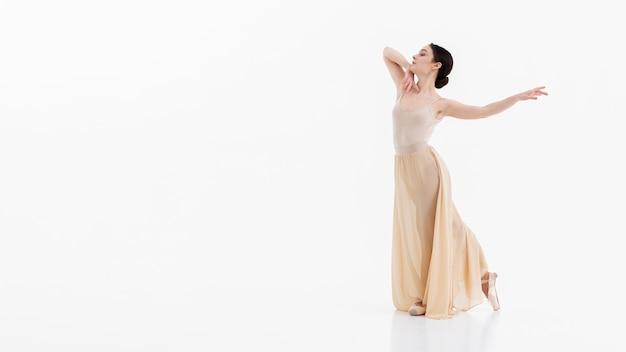 Retrato de bailarina bailando con espacio de copia