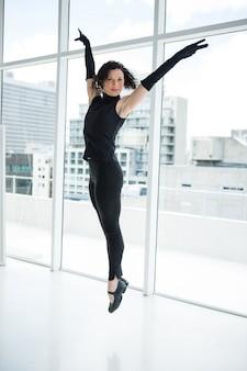 Retrato de bailarina practicando danza