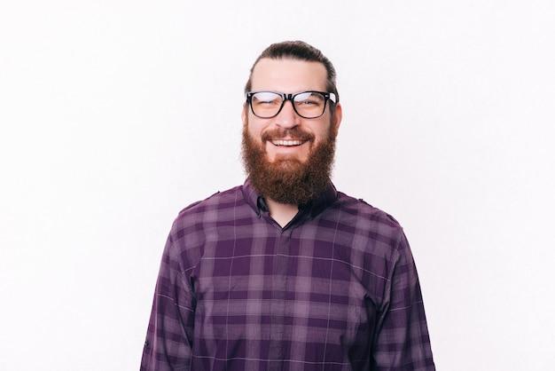 Retrato, de, barbudo, joven, llevando lentes, y, sonriente
