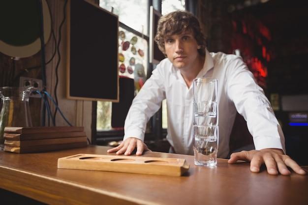 Retrato de barman en barra de bar