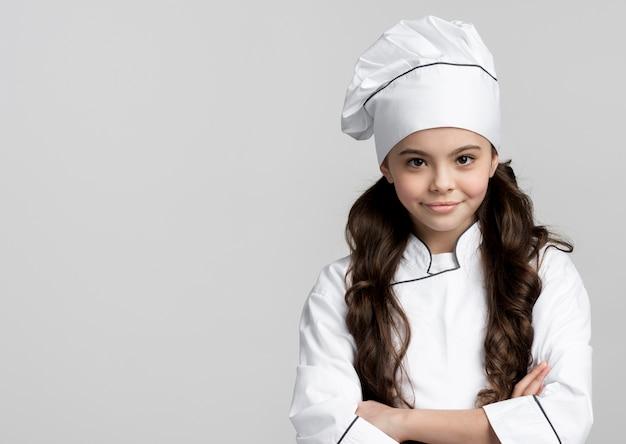 Retrato de bastante joven chef con espacio de copia