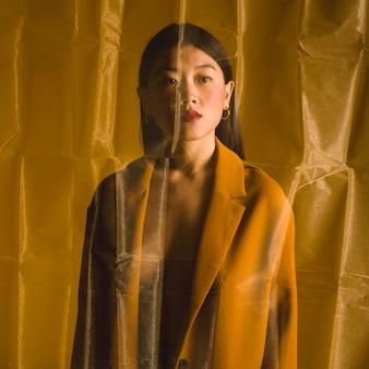 Retrato de bata de una bella mujer asiática