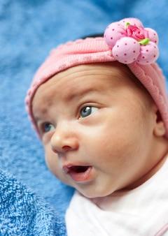 Retrato de un bebé recién nacido