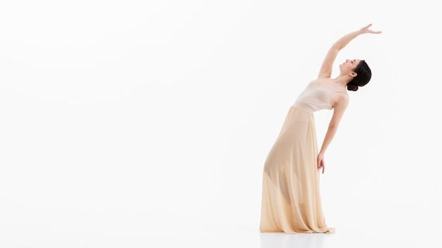 Retrato de bella bailarina bailando con elegancia