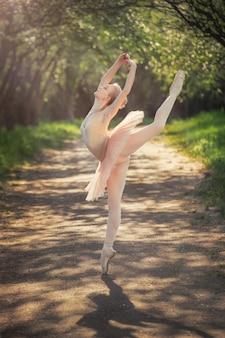 Retrato de bella bailarina con emoción romántica y tierna