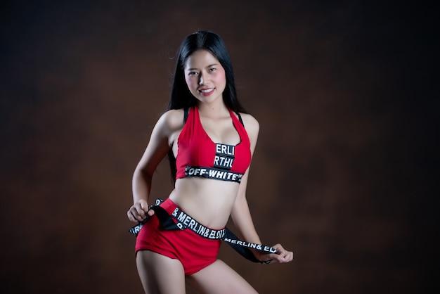 Retrato de una bella bailarina en vestido rojo bailando