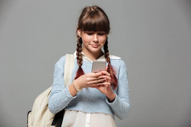 Retrato de una bella colegiala bonita con mochila