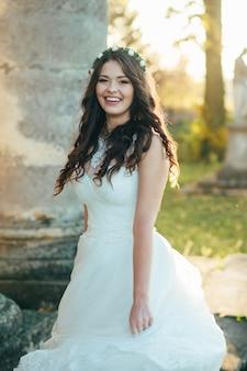 Retrato de una bella y feliz novia con un vestido de novia el día de su boda