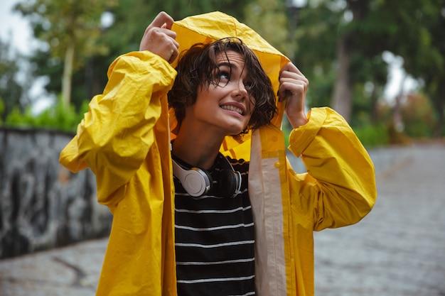 Retrato de una bella joven adolescente con auriculares