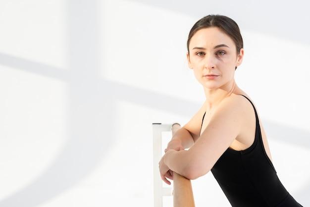Retrato de bella joven bailarina posando