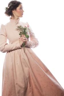 Retrato de bella joven novia en vestido rosa