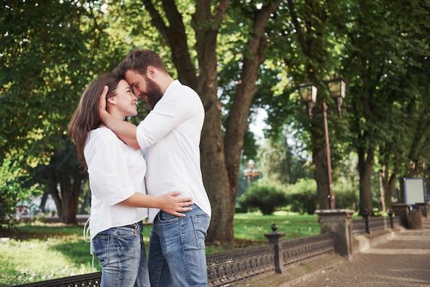 Retrato de una bella joven pareja sonriendo juntos