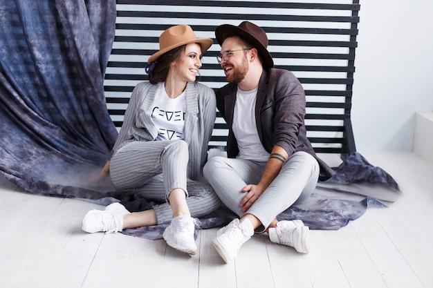Retrato de una bella joven pareja sonriente feliz mirando el uno al otro