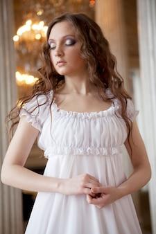 Retrato de una bella joven victoriana en vestido blanco