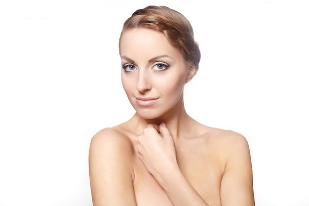 Retrato de una bella modelo femenino aislado sobre fondo blanco maquillaje brillante estilo de pelo rizado