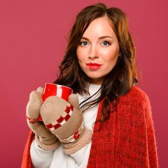 Retrato de bella modelo femenino en guantes