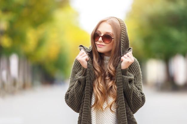 Retrato de una bella modelo femenino en ropa de otoño al aire libre