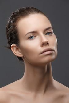 Retrato de bella modelo femenino