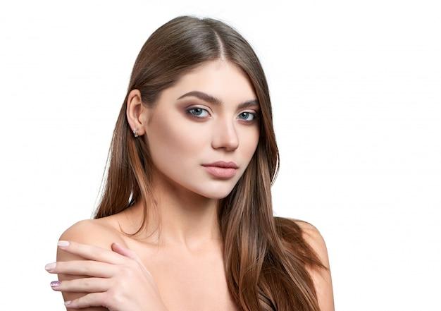 Retrato de una bella modelo morena con maquillaje