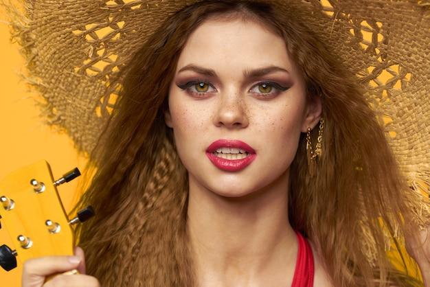 Retrato de una bella mujer bronceada en traje de baño rojo volando cabello